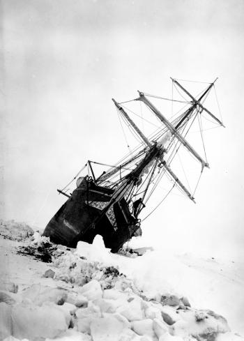 El buque 'Endurance' escorado en el mar helado de Weddell durante la travesía.