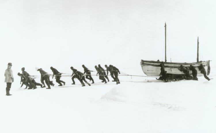 Tripulación del 'Endurance' arrastrando uno de sus botes.